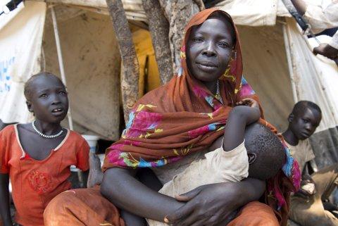 Chama Abdallah er 35 år og mot til  8 barn. Hun kom til Yusuf Batil flyktningeleir for 15 dager siden, etter å ha vært på fluklt fra Blue Nile i Sudan i 16 dager.  - Vi måtte dra hjemmefra fordi vi ble skutt på.  De skjøt på oss fra lufta. Vi bare samlet sammen barna våre og begynte å løpe.Vi visste ikke hvor vi var. Vi bare gikk og gikk i bushen. De var veldig slitsomt, og barna gråt og gråt. men vi måtte bare fortsette å gå. - Det eneste vi fikk med oss var klærne vi går og står i.