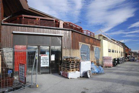 Stengt: Den gamle Sparbutikken vart riven midt i august, men 15. november blir det nyopning i store, moderne lokale. Då får butikken også inngang direkte frå nybygd parkeringshus på baksida.
