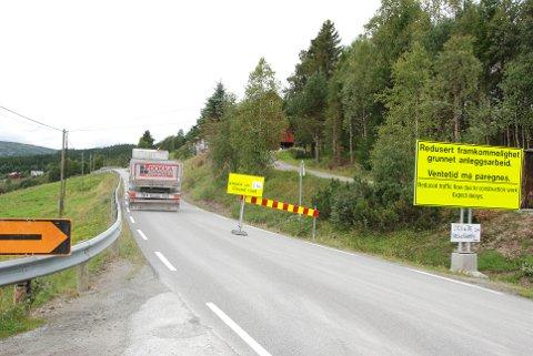 Snart åpent: Torsdag ettermiddag fjernes skiltene som har stengt vegen over Eggeåsen for gjennomgående trafikk på dagtid.
