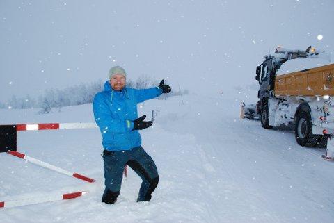 Tor Oxhovd Svalesen sto klar da brøytebilen kom. Foto:Tor Harald Skogheim.