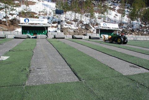 Fornying: Tirsdag ble det gamle kunstgraset på idrettsanlegget på Blåbærmyra fjernet. Ved månedsskiftet skal nytt kunstgras være på plass på det som får navnet Gjensidigebanen.