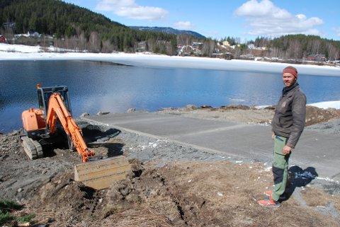 Båtutsettingsplass: Espen Kristiansen i Aurdalsfjorden grunneigarlag rosar reguleringsforeininga for stor velvilje og dekking av utgiftene til ny utsettingsplass for båtar.