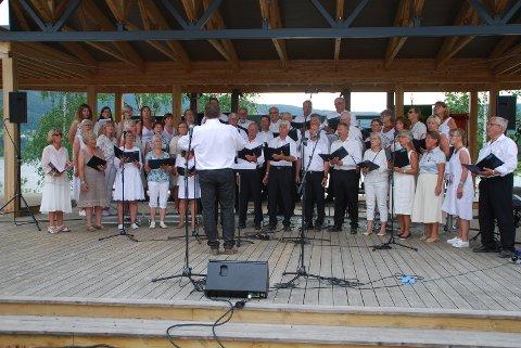 Konsert: Denne gangen blir det konsert innendørs av Nord-Aurdal sanglag, mens dette bildet er fra da korsang inntok Fagernes i juni i fjor.