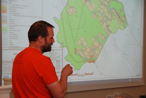 Sandøddin: Planleggjar Steinar Tvedt orienterte dei folkevalde om hytteplanane ved Midtre Syndin.