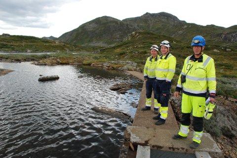 På inspeksjon: Hans Sletten (t.v.), Norgeir Mørkeseth og Steinar Sørlie frå Eidsiva vannkraft ved nåledammen som ligg mellom Bygdin Fjellhotell og brua på fylkesvegen.