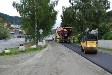 Betre veg: 200 meter av Kvitvellavegen fekk asfaltdekke på onsdag.