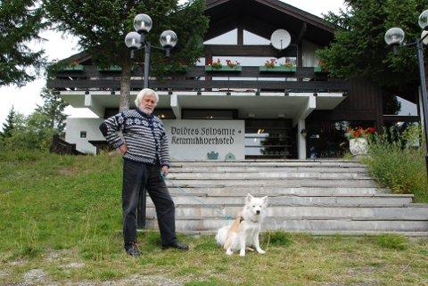 Ingen nedlegging: Sølvsmed Inge Høivik saman med den to år gamle islandske fårehunden Torre. *** Local Caption *** Valdres sølvsmie og keramikkverksted, sølvsmia