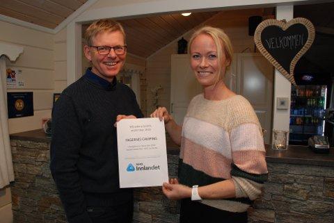 Månedens bedrift: Dagleg leiar Kaja Funder Idstad med diplomet regiondirektør Jon Kristiansen i NHO Innlandet hadde med under besøket torsdag.