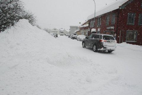 Snø, snø og snø: Ganske så representativt bilete frå vêrsituasjonen i Valdres i januar 2018, her tett snøvêr og store snøhaugar i Fagernes sist i månaden.