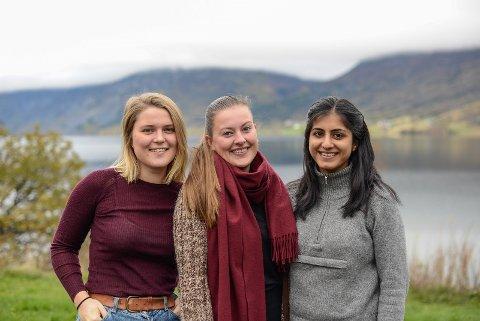 STUDENTAR PÅ BESØK: Celina Michaelsen Schmidt, Miriam Pettersen og Simran Kaur er i Vang og jobbar med ei oppgåve knytt til arkitekturstudiet ved NTNU i Trondheim.