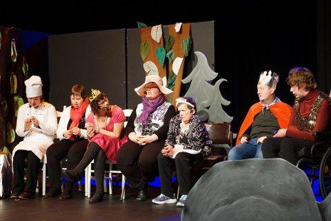 FLOTT INNSATS: Ingunn Kverneggen (tv), Torun Goplerud Rygg, Marit Søndrol, Mette Skaar, Anne Grethe Bjerknes, Øyvind Asheim og Siri Gunderhuset var de sju sangerne og skuespillerne.