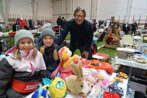 KOSTE SEG: Jan Lundgreen hadde med seg barnebarnet Julie Cyren (i midten) og hennes venninne Tora Tveit Ødegaard på bruktmessa.