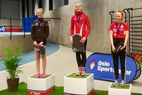 På pallen: Sunniva Bakkene Myhre (t.v.) var kjempefornøyd med andreplass i Norges største innendørsstevne i friidrett.