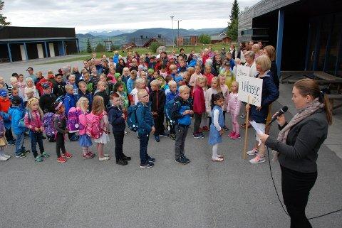 Skolesang: Rektor Karianne Loberg ved skolestarten i høst. Loberg er en av søkerne til stillinga.