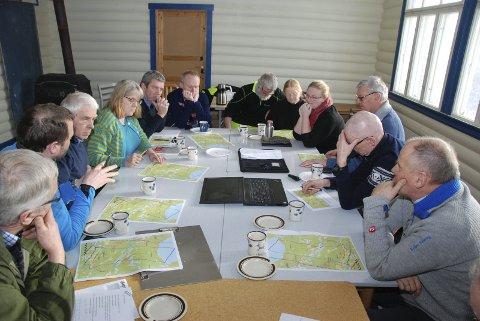 Avklaringar: I gamle Dale skule møtte representantane frå Fylkesmannen grunneigarar i Skjel samt ordførar og rådmann frå både Vestre og Øystre Slidre.