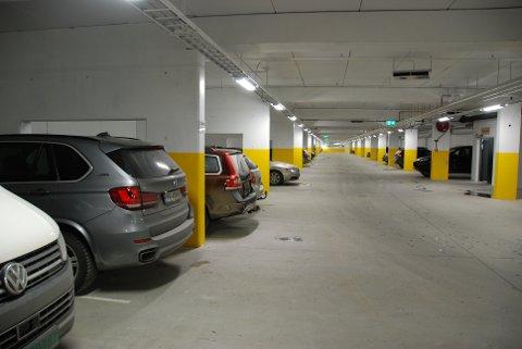 God plass: Frå parkeringsgarasjen, som har god takhøgde og plass til 86 bilar, kan du gå rett inn i Spar-butikken.