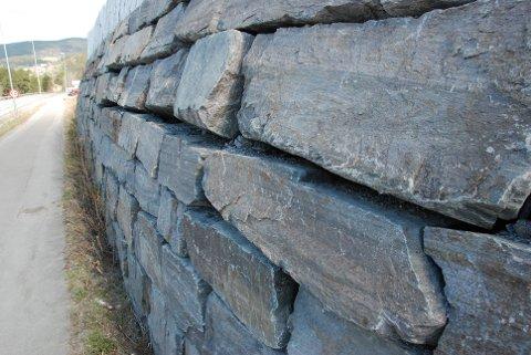 Heggenes: Naboar og brukarar av gangvegen fortel at muren slår meir og meir kul på seg, og dei fryktar at den på eit eller anna tidspunkt kan rase ut.