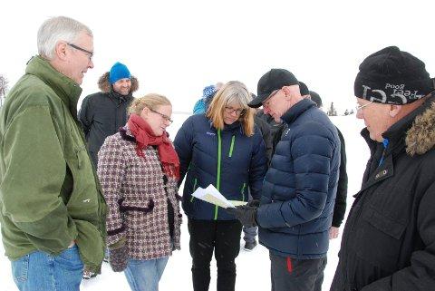 Synfaring 14. februar: På Ulvildsete var det god oversikt. Nærast er Ole Høyne (t.v.), Gro Arneng, Anne Kathrine Fossum frå Fylkesmannen, rådmann Martin Sæbu og ordførar Eivind Brenna.