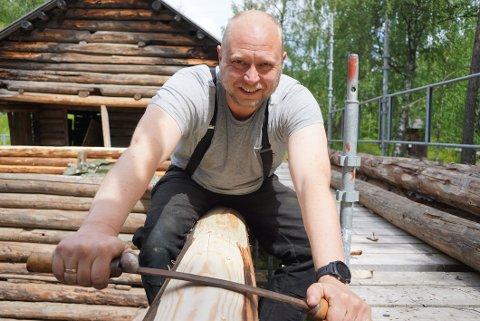 LAFTEKAR: I desse dagar held Håvar på med å restaurere ein gamal låve frå Vestre Slidre. Låven er frå cirka 1750 og står på Valdres Folkemuseum.