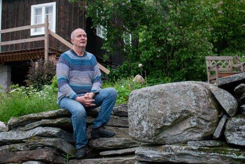 Helst vil Jan at bekken skal kome ned rett utanfor huset, der den ein gong gjekk, men kjem den ned litt lenger borte på tunet. Kanskje blir det årets prosjekt.