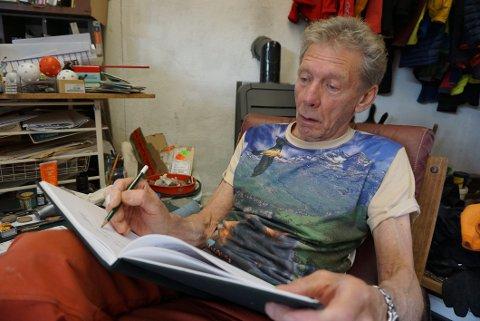 SKRIVENDE: Leslie tar også ofte blyanten fatt, når han får inspirasjon til det. Han arbeider med ei ny diktsamling, som han håper å få publisert neste år.
