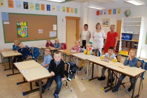 Ti av dei 12 fyrsteklassingane ved Bagn skule var på plass fyrste skuledag. Bak står rektor Bjørg Strandbråten (t.v.), kontaktlærar Bente Synnøve Milevasslien og Bente Brustad.