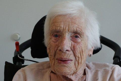 SER ATTENDE: – Eg har fått oppleva mykje og vore med på mange endringar - både på godt og vondt, seier Solveig Nesthus Døvre (95).