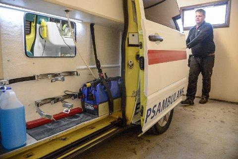 NY AMBULANSE: Det står att noko på utstyr og innreiing av den nye ambulansen.