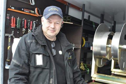 Satsar: Geir Morten Sveberg i Jotun Bygg har investert fleire hundre tusen i det nye produksjonssystemet for skøytefrie takrenner. Alt blir gjort direkte på byggjeplassen.