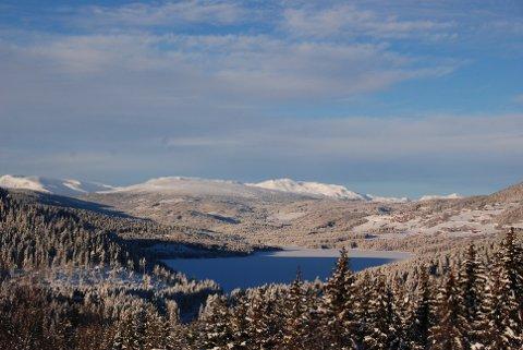 Kaldt men flott: Januarkulda har gjeve utruleg mange dagar med sol og klarvêr. Her mot Heggefjorden, Slettefjell, Mugnetinden og Galdeberg (t.h.)