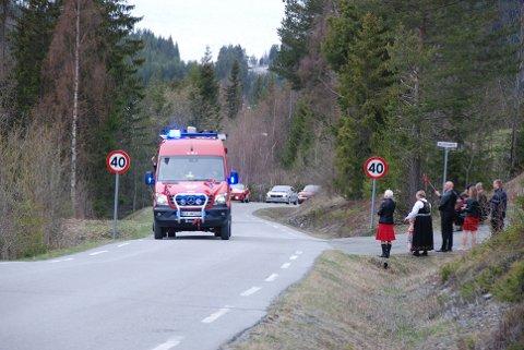 Vinka: Ordføraren var passasjer og vinka med flagg frå redningsbilen som hadde blålysa på.