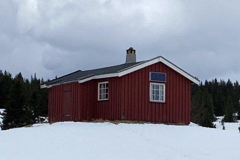 BRANNØVELSE: Valdres Brann- og Redningstjeneste IKS gjennomfører mandag ettermiddag en røykdykkerøvelse i denne hytta i Øystre Slidre.