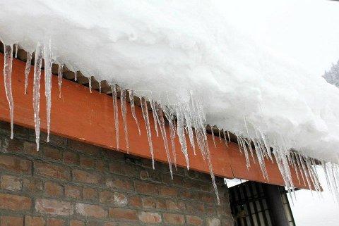 OVERHENGENDE FARE: Når all snøen raser ned fra taket på en gang kan det oppstå veldig farlige situasjoner. (Foto: Shahidalibm/Wikimedia Commons)