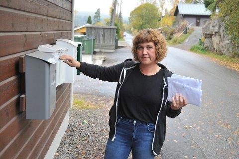 UTSATTFORPOSTTYVERI:Mona Synnøve Langeland i Tumyrveien har denne uka endelig fått post uten at den har blitt tuklet med.