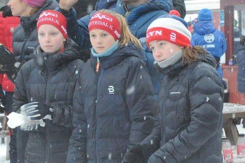 SØLV: Oda Skari (i midten) var nest best i Holmenkollen lørdag etter å ha blitt dobbel kretsmester forrige helg. Eline Skaar (t.v.) ble nr 17 lørdag.
