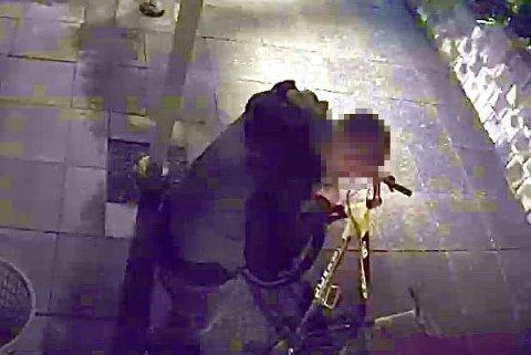 PÅTOKT:Bilde av sykkeltjuv i Sagerudstubben på Rotnes i totida natt til lørdag.