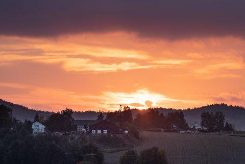 VAKKERT: Slik så solnedgangen ut på Romerike i kveld.