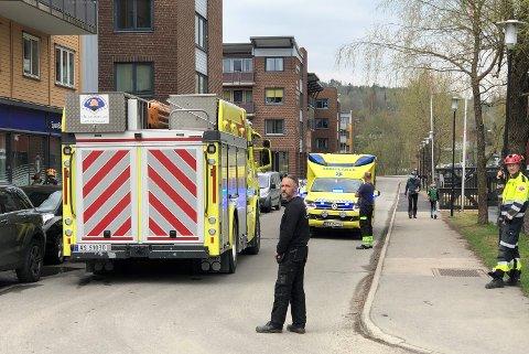 I KLEM: En person skal ha havnet i klem mellom en personbil og en lastebil. Dette skjedde i Mattias Skytters vei, rett utenfor inngangen til Mosenteret.