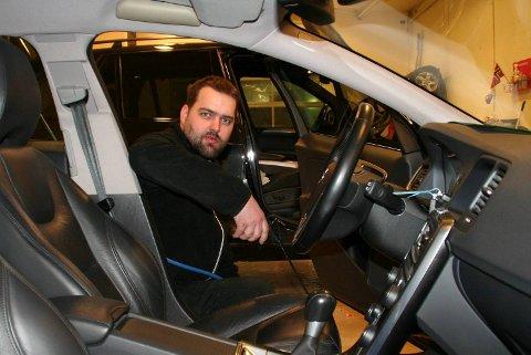 Ronny Skare er utdannet platearbeider, men har nå fått jobb i Frydenbø biluteie AS gjennom Ringer i vannet.