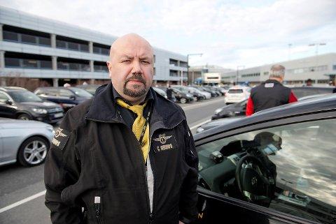 Drosjesjåfør Ronny Pedersen og flere av de andre sjåførene på holdeplassen ved Flesland er skeptisk til endringene.