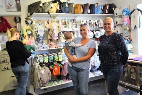 PÅ TRILLETUR: – Hyggelig med en ny butikk å trille innom i Son sentrum, synes Caroline Anker (24) med Josefine (8 måneder) på armen, mens Kristine Pind og babyen tar en titt på vareutvalget. Christina Gleditsch Reiersen til høyre.