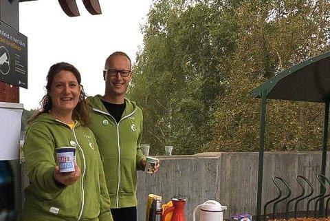 TA MED KOPP: Førstekandidat Louise Brunborg-Næss og lokallagsleder Jonas Berg Jonas deler ut kaffe og havregrøt til morgenpendlerne på Sonsveien stasjon mandag. Men kopp må du ha med selv. Bildet er fra et tilsvarende stunt ved stortingsvalget i 2017.