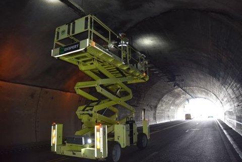 DØGNET RUNDT: Det har blitt jobbet døgnet rundt i E134 Oslofjordtunnelen etter bilbrannen 2. august.