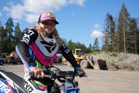 UNG ERFAREN: Som niåring har allerede Luna Bråten-Olsen flere år bak seg som motocrosskjører.