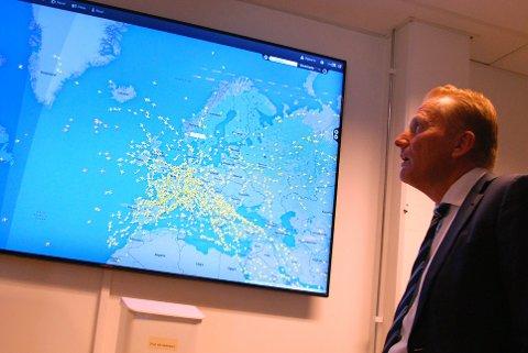 ALLE I LUFTEN: Skjermen med samtidige fly i luften gir et imponerende bilde over trafikken. Klikk på ikonet viser flight-info.