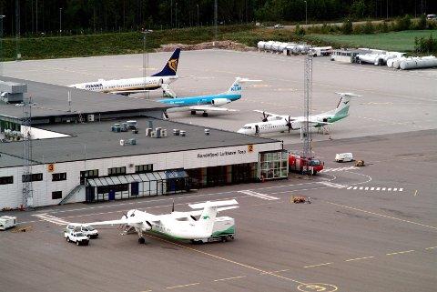"""ØDELEGGER: Passasjeravgiften er """"et skudd for baugen for de private flyplassene som Rygge og Torp"""", skriver styreleder i Sandefjord Lufthavn, Bjørn Walle."""