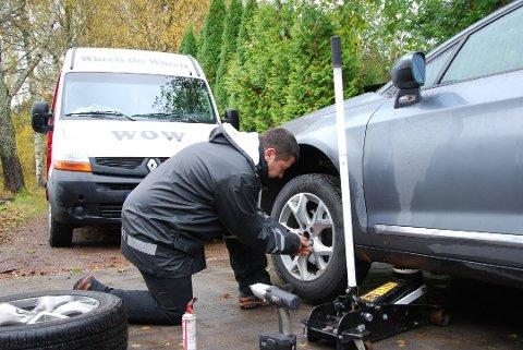HJEMMESKIFT: Daglig leder Ove Nita ved Wheels on wheels kjører rundt og skifter dekk hjemme hos folk.