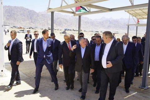 OMVISNING: Kronprins Haakon (t.v.), kong Abdullah av Jordan og adm.dir. i Sahara Forest Project, Joakim Hauge, spaserer rundt i området i forbindelse med den offisielle åpningen av ørkenanlegget.