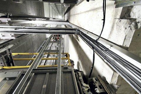 OVERSKRIFELSE: Byggingen av heisen ga større regning enn forventet for Vestfold fylkeskommune og Bane Nor. Foto: Pål Nordby