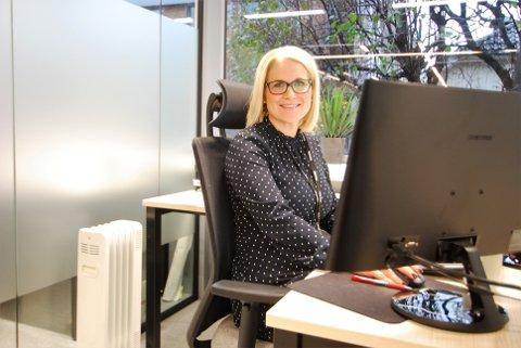 NYINNFLYTTET OG FORNØYD: Birgitte Askjem Ellingsen stortrives forløpig i splitter nye kontorlokaler.